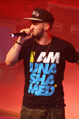 andy-mineo-performing-on-stage